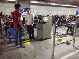 Đội kỹ thuật lắp đặt hệ thống giữ xe thông minh của PTH